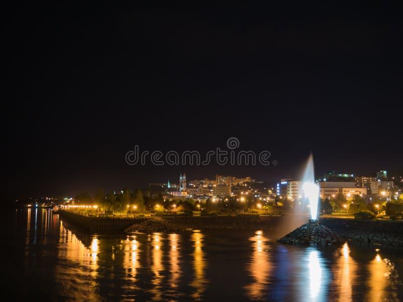 Lång exponeringsbild av Chicoutimi från en bro, på natten Saguenay Quebec, Kanada arkivfoton