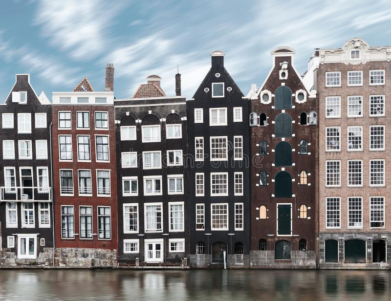 Lång exponeringsbild av traditionell Amsterdam gammal stadarchitec royaltyfri fotografi
