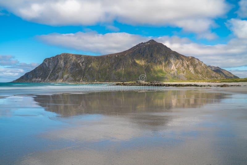 Lång exponeringsFlakstad strand, Lofoten öar, Norge royaltyfri foto