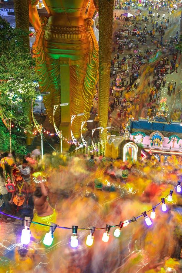 Lång exponeringsplats av fantaster som klättrar trappan för Batu grottatempel under den Thaipusam festivalen arkivbilder