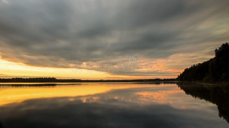 Lång exponeringssolnedgång på ö sjön fotografering för bildbyråer