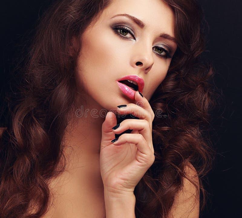 Lång hårkvinna för härlig makeup arkivfoto