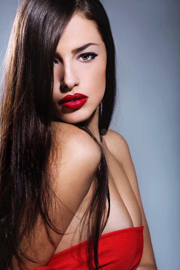 Lång hårkvinna med röda kanter fotografering för bildbyråer