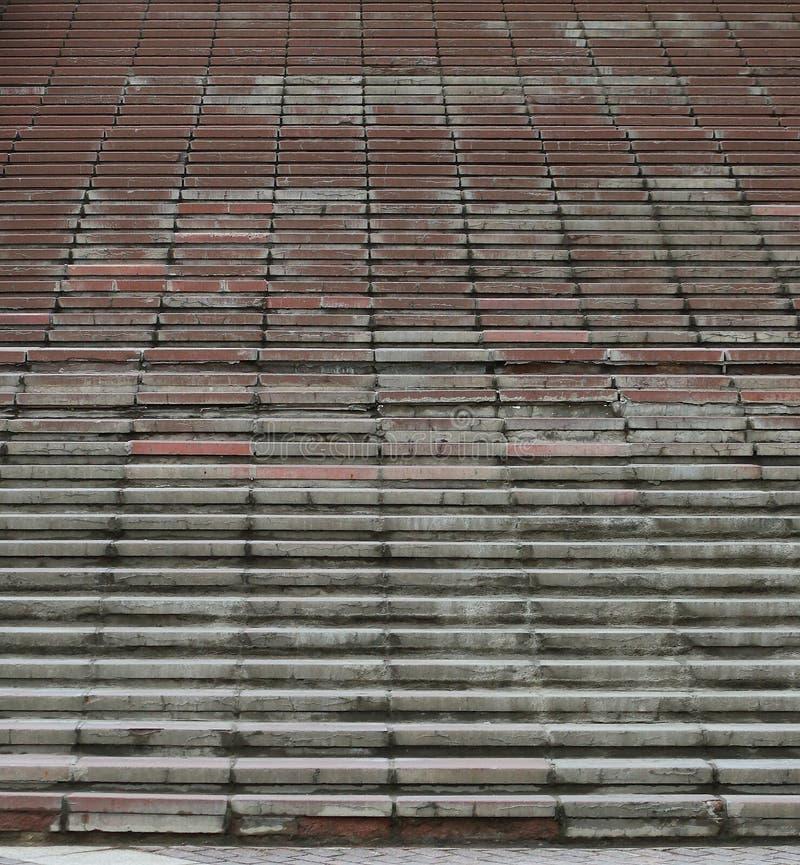 Lång hög trappuppgång med busestenmoment arkivbild