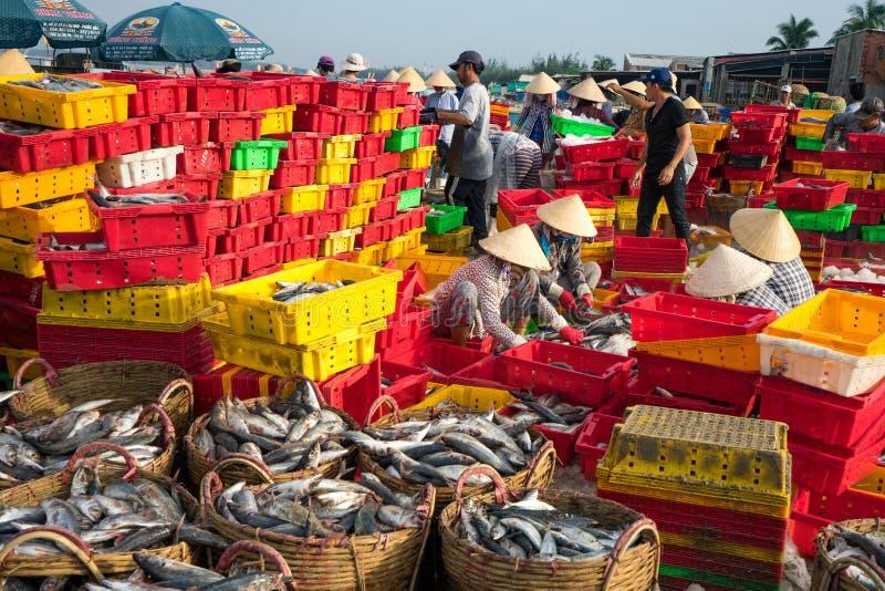 LÅNG HAI, VUNG TAU, VIETNAM - 03 JULI 2016: Fisksäljare i den långa Hai marknaden förbereder den marin- fisken för morgonmarknade arkivbilder