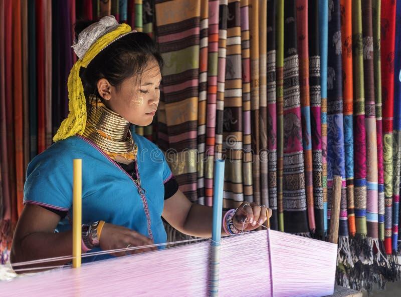 Lång halsdam som väver traditionella sarees i hennes by i Chiang Mai, Thailand royaltyfria foton