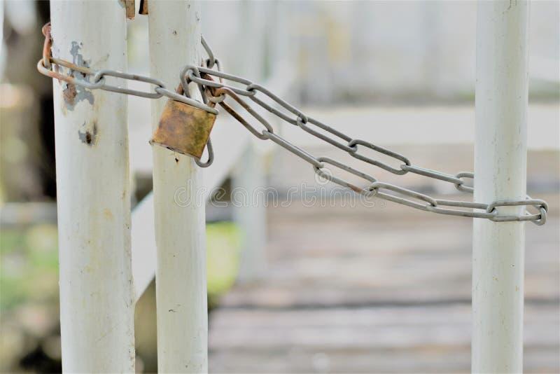 Lång kedja som låser staketet arkivbilder