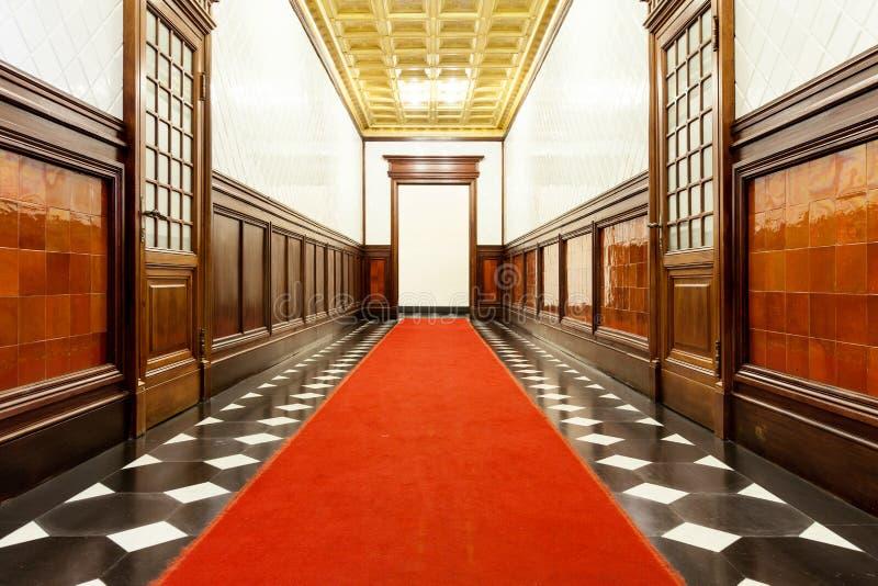 Lång korridor av historisk byggnad fotografering för bildbyråer