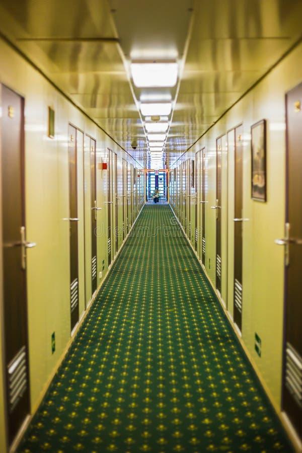 Lång korridor av kryssningskeppet arkivbild