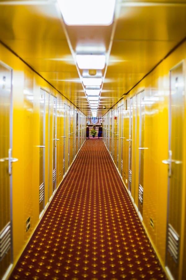 Lång korridor av kryssningskeppet royaltyfri bild