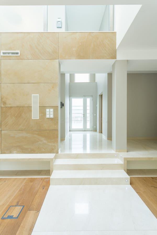 Lång korridor i enorm lägenhet royaltyfri illustrationer