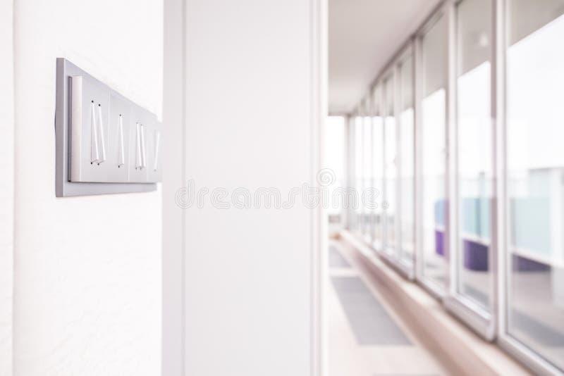 Lång korridor med fönsterväggen arkivbilder