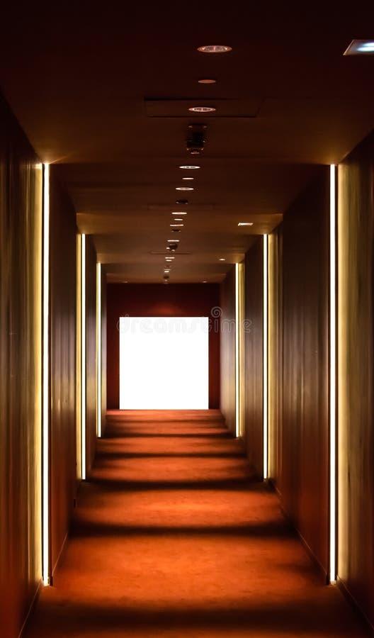 Lång korridor med ljus royaltyfri fotografi