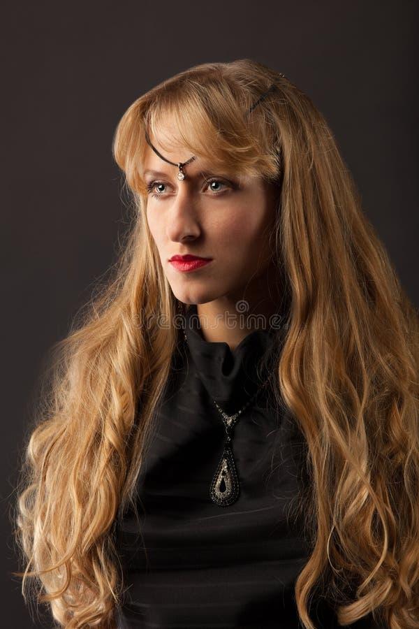 lång kvinna för härligt blont hår royaltyfria foton