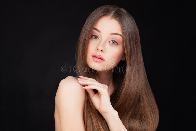 lång kvinna för härligt brunt hår fotografering för bildbyråer