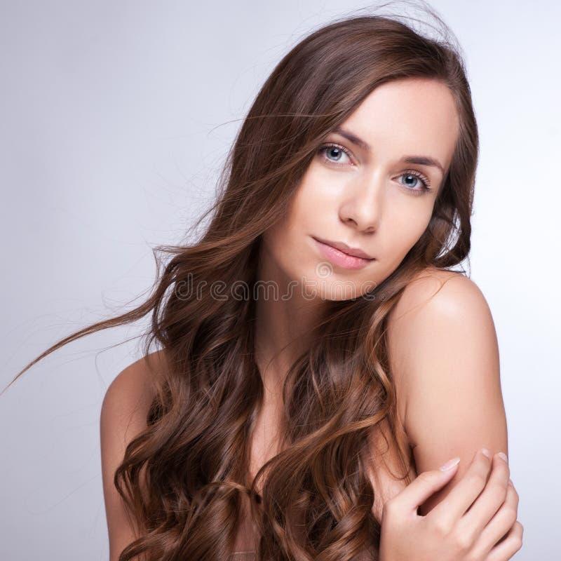 lång kvinna för härligt brunt hår Closeupstående av en fash fotografering för bildbyråer