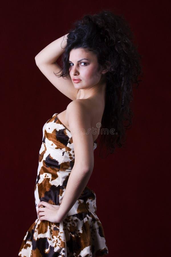 lång modell för härligt svart modehår royaltyfri foto