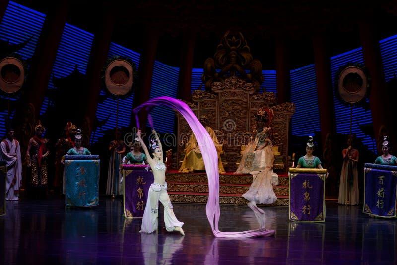 Lång muff handling för domstoldans 5-The i andra hand: en festmåltid i `en för prinsessa för ` för slott-epos dansdrama den siden arkivfoto