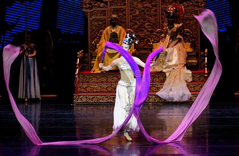 Lång muff handling för domstoldans 6-The i andra hand: en festmåltid i `en för prinsessa för ` för slott-epos dansdrama den siden arkivfoton
