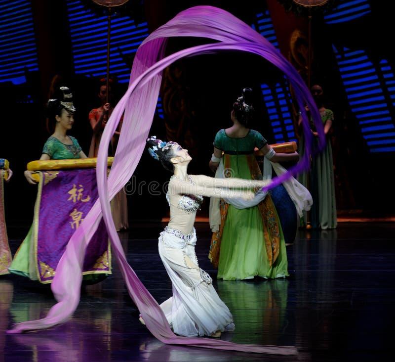 Lång muff handling för domstoldans 7-The i andra hand: en festmåltid i `en för prinsessa för ` för slott-epos dansdrama den siden arkivfoton
