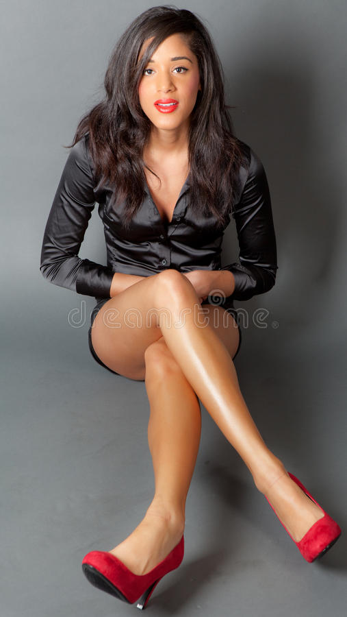 lång multiracial kvinna för ursnygga ben royaltyfri fotografi