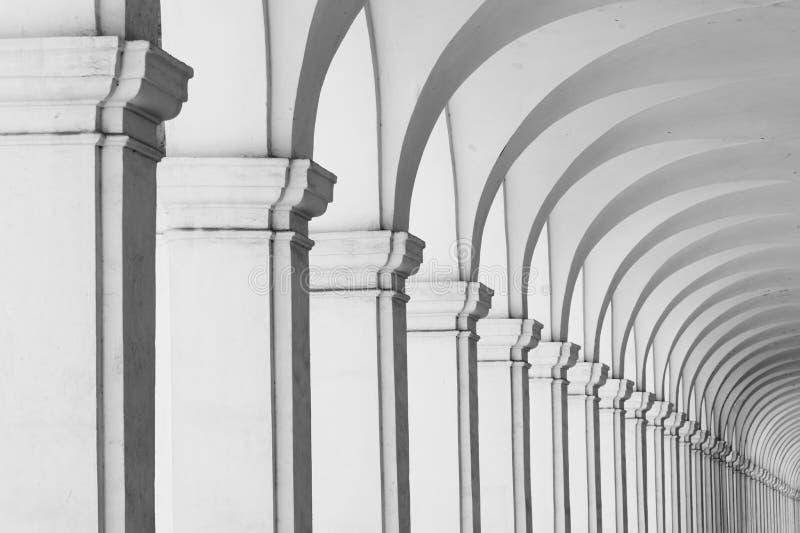Lång rad av kolonnadkolonner och bågar arkivfoto