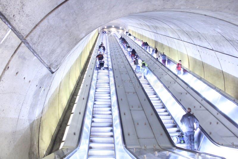 Lång rulltrappa i det Washington området av Columbia, på den Adams Morgan Metro stationen royaltyfria bilder