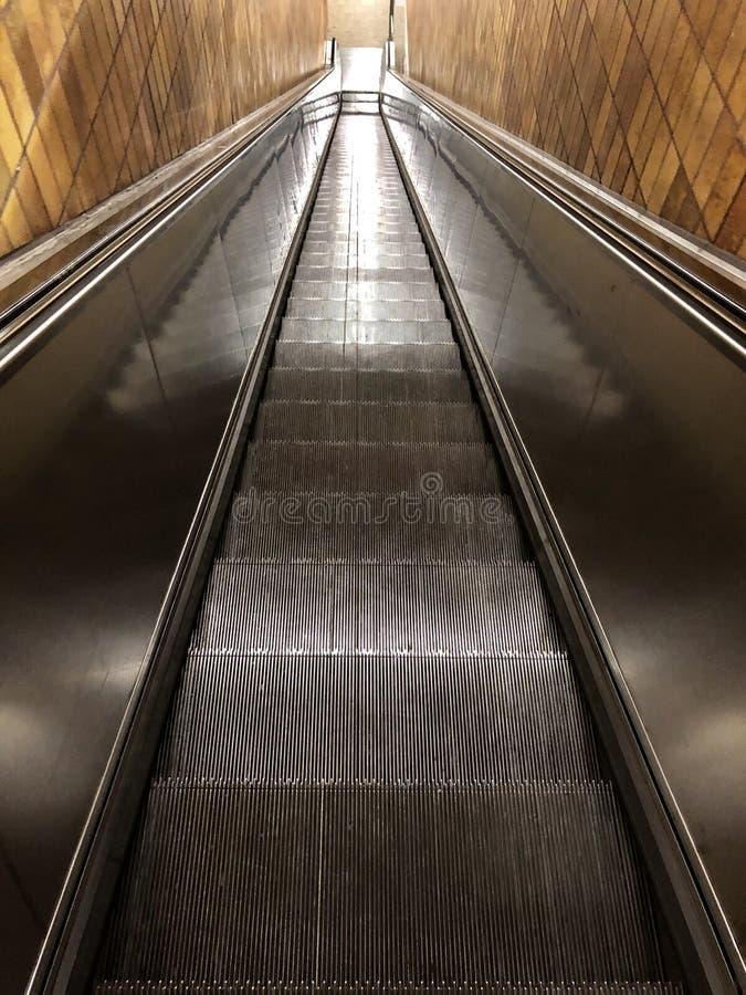 Lång rulltrappa i en station royaltyfria bilder