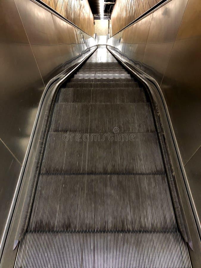 Lång rulltrappa i en station royaltyfri fotografi