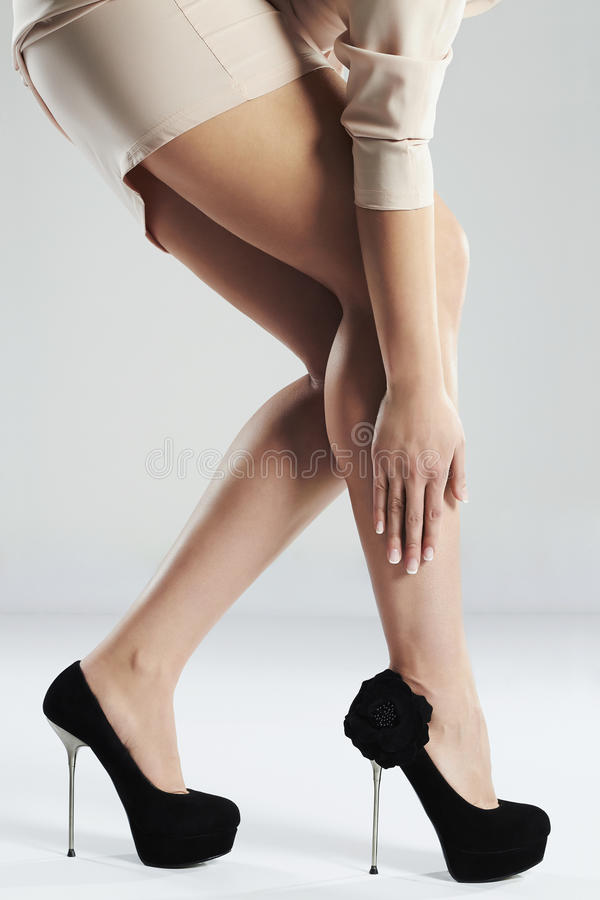 lång sexig kvinna för ben Perfekta kvinnligben i höga häl arkivbild