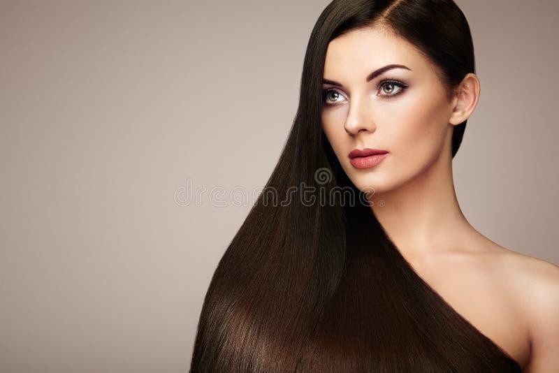 lång slät kvinna för härligt hår royaltyfri bild