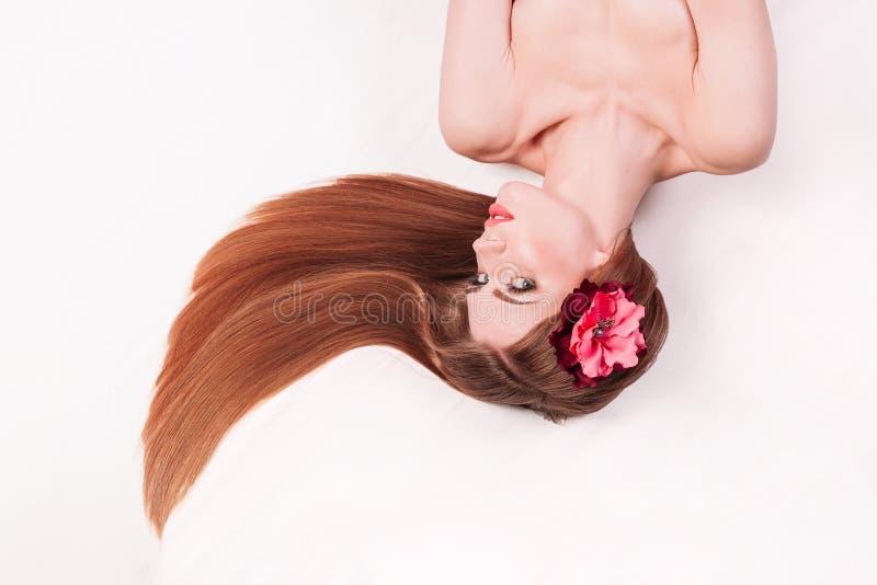 lång stående för härligt flickahår håromsorg och sunt royaltyfri foto