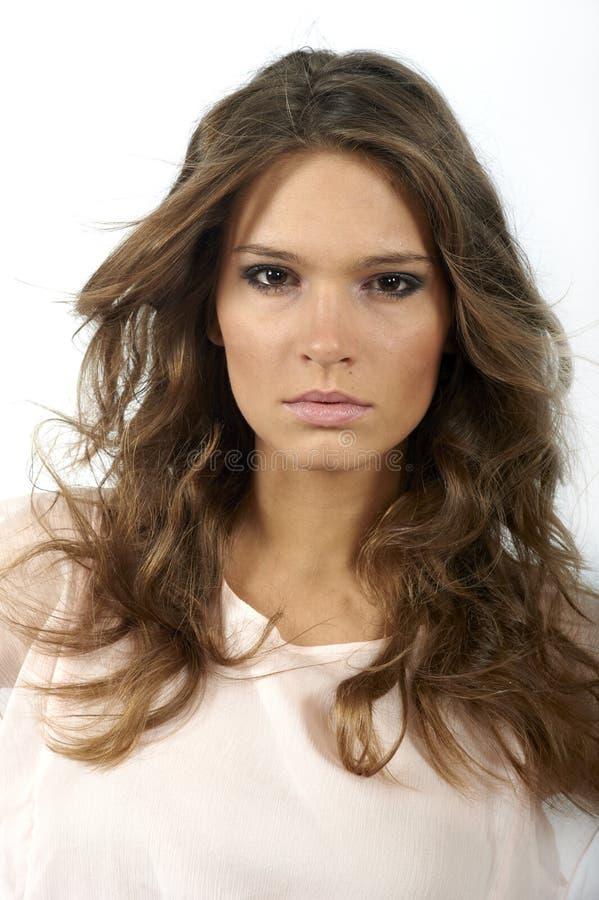 lång ståendekvinna för härligt lockigt hår arkivbilder