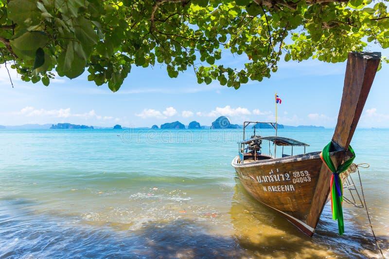 Lång-svans fartyg på stranden för Ao Nang i Krabi, Thailand arkivfoton