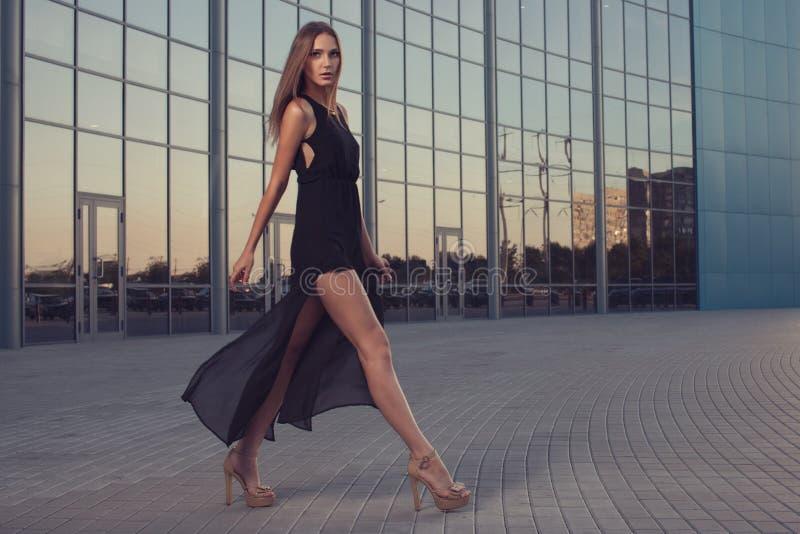 Lång svart klänning arkivfoto