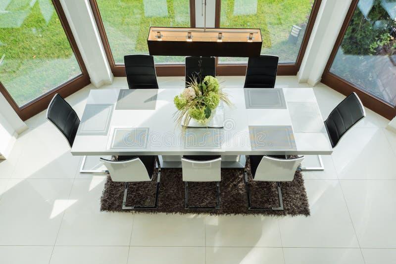 Lång tabell i dinning rum arkivfoto