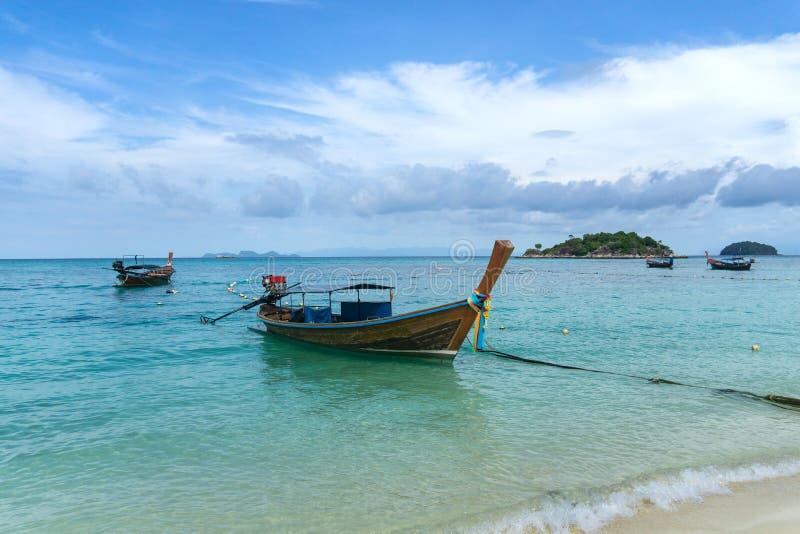 Lång-tailed fartyg på soluppgångstranden, Koh LIPE, Satun, Thailand fotografering för bildbyråer