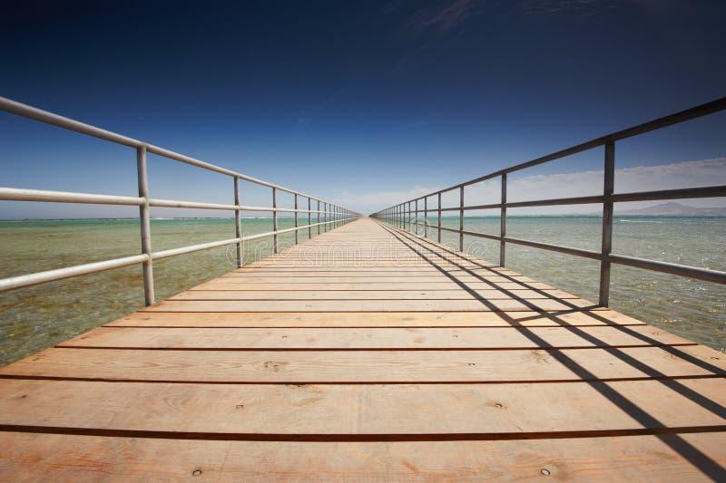 Lång träbrygga på Röda havet fotografering för bildbyråer