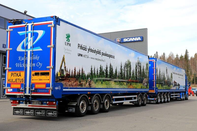 Lång transport för Woodchiplastbil royaltyfria bilder