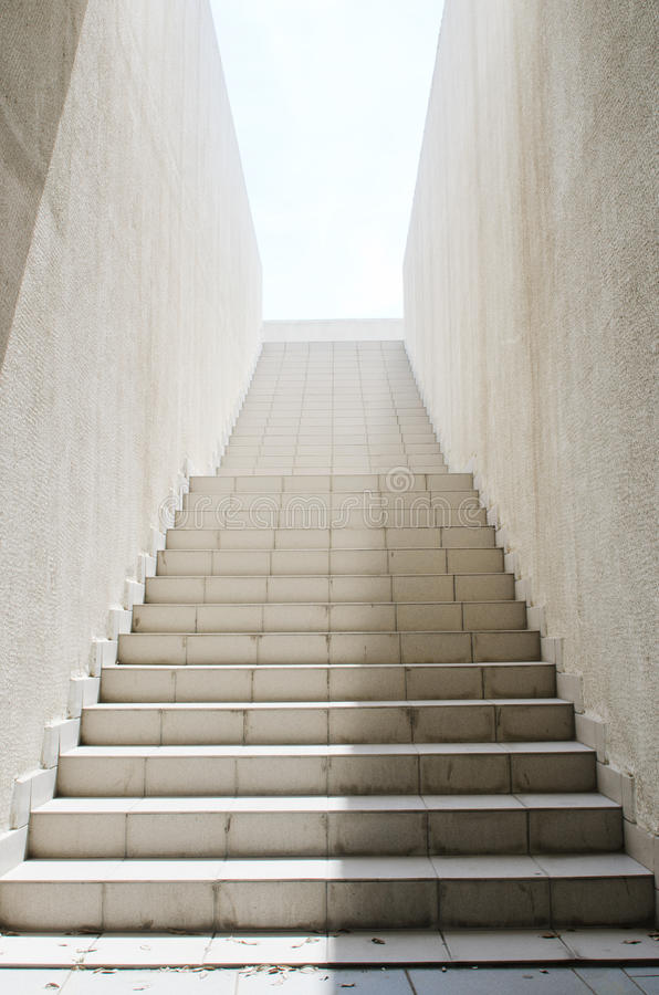 Lång trappa med moment arkivbilder