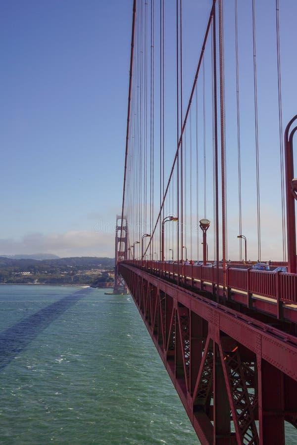 Lång väg över golden gate bridge sf arkivbild