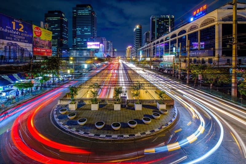 Lång väg för trafik för natt för flyg- sikt för exposer med billjusrörelse royaltyfria foton