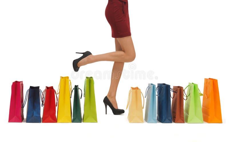 Långa ben med shoppingpåsar arkivfoton