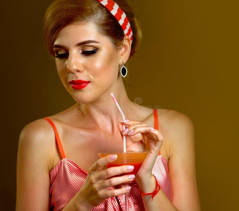 Långa coctailar på den paty retro flickan för tappning arkivfoton