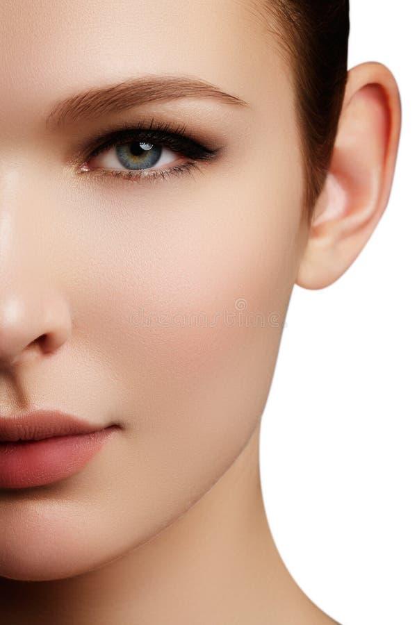 långa för brunt hår för skönhetsmedel för bakgrund gör sunda grått ståenden upp kvinna Closeupstående av härlig kvinnamodell f royaltyfri foto