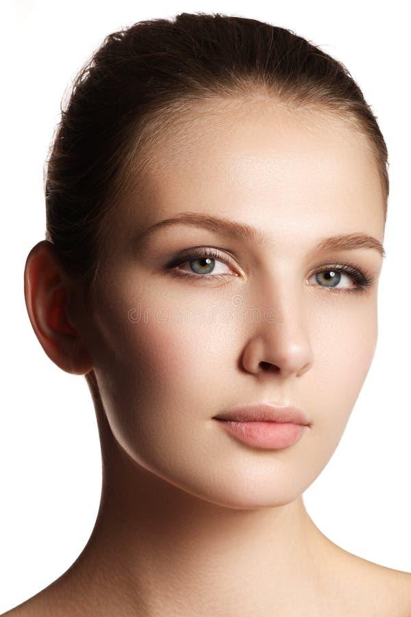 långa för brunt hår för skönhetsmedel för bakgrund gör sunda grått ståenden upp kvinna Closeupstående av härlig kvinnamodell f royaltyfria foton