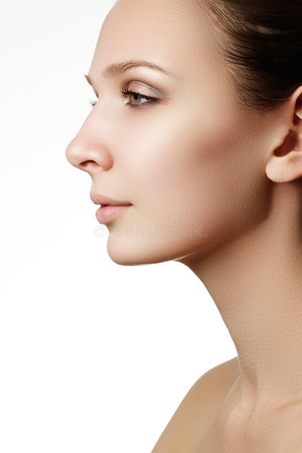 långa för brunt hår för skönhetsmedel för bakgrund gör sunda grått ståenden upp kvinna Closeupstående av härlig kvinnamodell f arkivbild