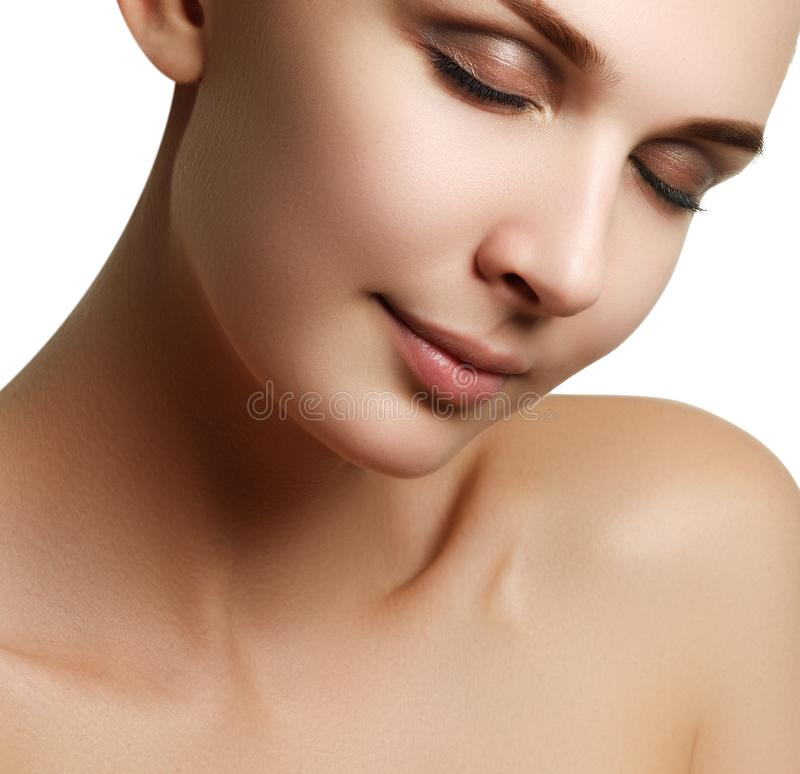 långa för brunt hår för skönhetsmedel för bakgrund gör sunda grått ståenden upp kvinna Closeupstående av härlig kvinnamodell f arkivfoton