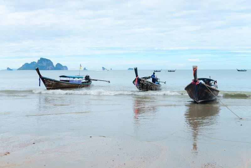 Långa fartyg som förtöjas på Ao Nang, sätter på land Krabi royaltyfri fotografi