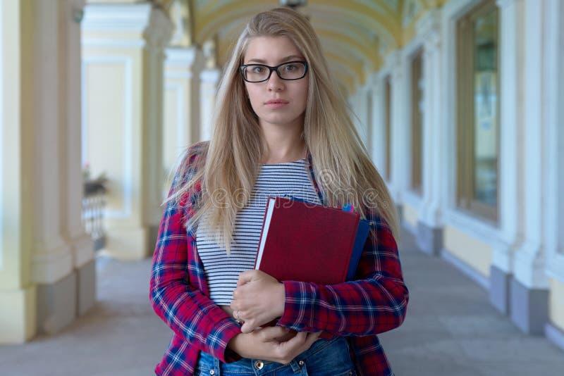 Långa haired unga säkra wi för student för flicka för flickatonåringskola royaltyfri bild